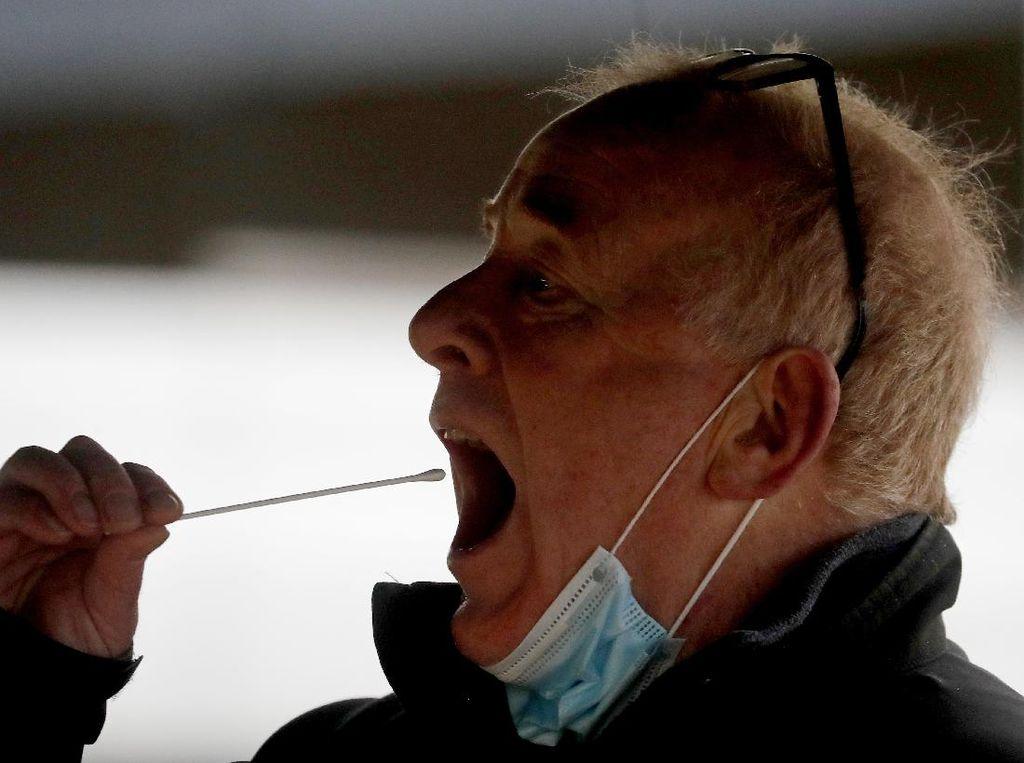 Kasus COVID Menanjak, Yunani Akan Bagikan Alat Tes Mandiri ke Warga