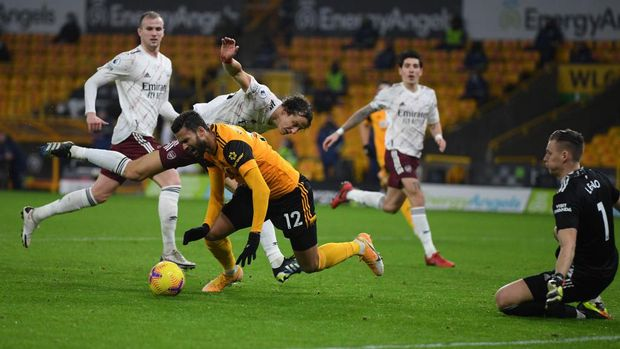 WOLVERHAMPTON, ENGLAND - FEBRUARY 02: Willian Jose of Wolverhampton Wanderers is fouled by David Luiz of Arsenal in the box which later leads to a penalty during the Premier League match between Wolverhampton Wanderers and Arsenal at Molineux on February 02, 2021 in Wolverhampton, England. Sporting stadiums around the UK remain under strict restrictions due to the Coronavirus Pandemic as Government social distancing laws prohibit fans inside venues resulting in games being played behind closed doors. (Photo by Shaun Botterill/Getty Images)