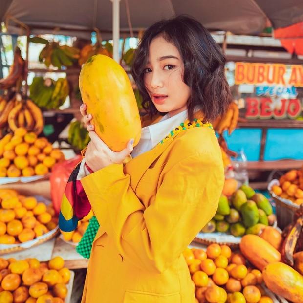 Anselma Putri sedang memegang buah/instagram.com/pfaisal