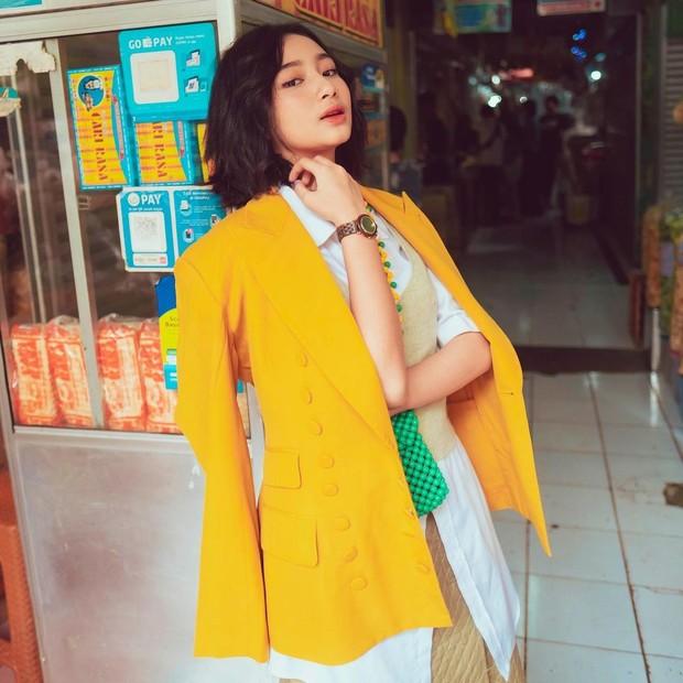 Anselma Putri tampak sedang berpose unjuk jam tangan/instagram.com/pfaisal