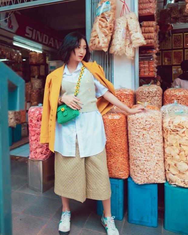 Anselma Putri berfoto dengan bungkusan kerupuk/instagram.com/pfaisaln