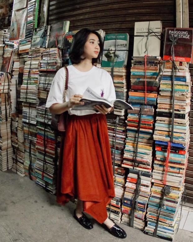 Anselma Putri tengah berada di pasar buku/instagram.com/pfaisaln