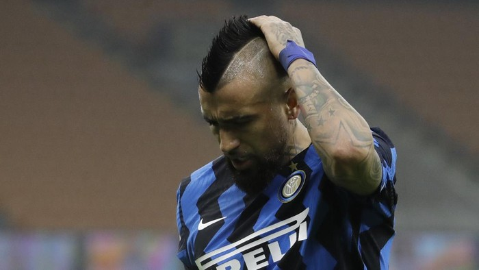 Inter Milans Arturo Vidal reacts as he leaves the pitch during the Italian Cup semi-final first leg soccer match between Inter Milan and Juventus at the San Siro stadium, in Milan, Italy, Tuesday, Feb. 2, 2021. (AP Photo/Luca Bruno)