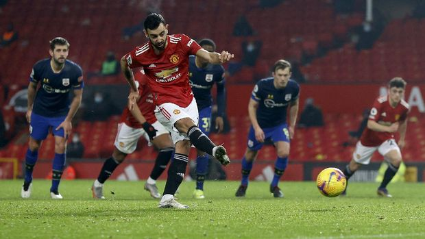 MANCHESTER, ENGLAND - FEBRUARY 02: Bruno Fernandes of Manchester United scores their side's seventh goal from the penalty spot during the Premier League match between Manchester United and Southampton at Old Trafford on February 02, 2021 in Manchester, England. Sporting stadiums around the UK remain under strict restrictions due to the Coronavirus Pandemic as Government social distancing laws prohibit fans inside venues resulting in games being played behind closed doors. (Photo by Phil Noble - Pool/Getty Images)