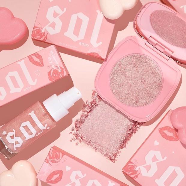 Koleksi selanjutnya ada ColourPop Sol Body Face & Body Highlighter dan Sol Body Shimmering Dry Oil dengan warna pink truffle