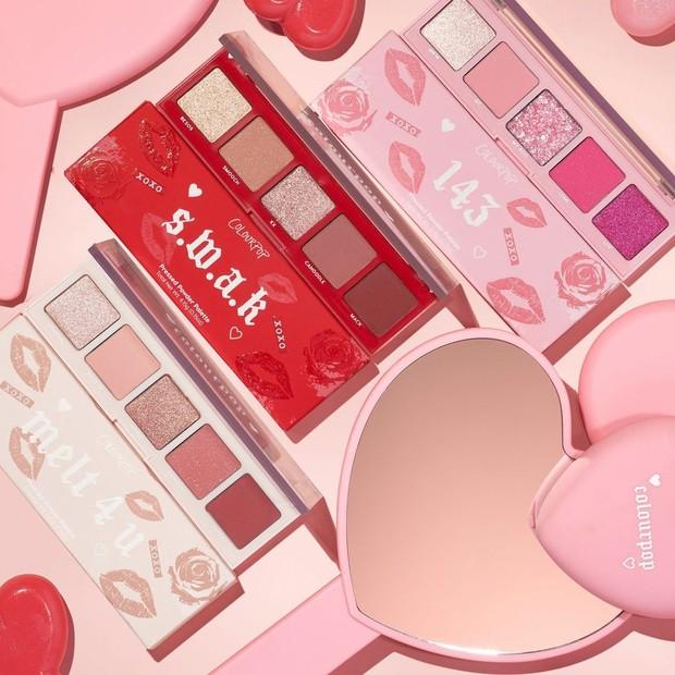 Koleksi ColourPop Valentine's Day akan membuat kamu merasakan cinta dengan persembahannya yang berwarna pink, merah dan dengan kemasan yang berpola ciuman.