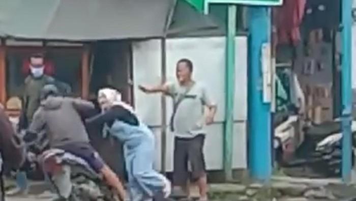 Emak-emak di Garut nekat melindungi petugas ATM yang dianiaya preman