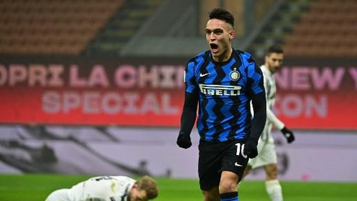 Inter Milans Argentine forward Lautaro Martinez celebrates after opening the scoring during the Italian Cup quarter final first leg football match beetween Inter Milan and Juventus Turin on February 2, 2021 at the San Siro stadium in Milan. (Photo by MIGUEL MEDINA / AFP)