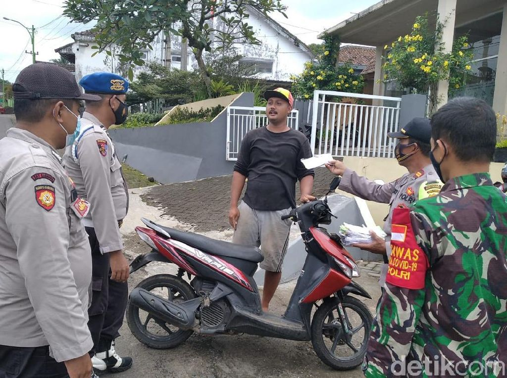 Polisi Bagikan Masker di Daerah yang Dilanda Hujan Abu Gunung Raung