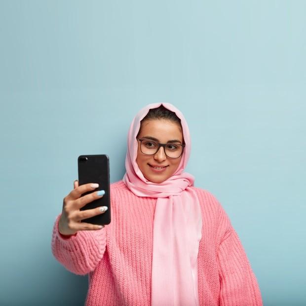 Buat si pecinta warna pink, warna yang satu ini mungkin terkesan manis dan cantik. Akan tetapi, sayangnya menggunakan hijab warna pink pastel justru akan membuat kulit wajahmu tampak kusam.