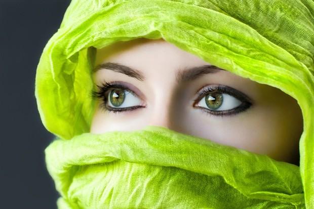 Warna yang satu ini memang terlihat segar. Namun, warna hijau lemon enggak akan membuat wajahmu tampak segar. Justru, menggunakan hijab berwarna ini akan membuat wajahmu tampak kusam.