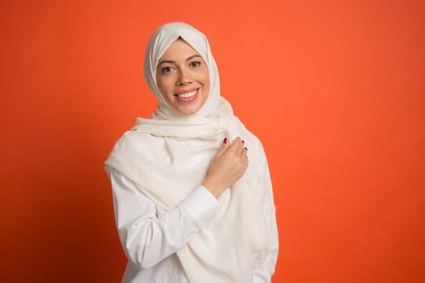 Putih memang termasuk warna yang netral. Namun, menggunakan hijab berwarna putih sangat enggak disarankan.