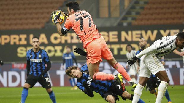 Soccer Football - Coppa Italia – Semi Final - First Leg - Inter Milan v Juventus - San Siro, Milan, Italy - February 2, 2021 Juventus' Gianluigi Buffon in action with Inter Milan's Nicolo Barella REUTERS/Alessandro Garofalo