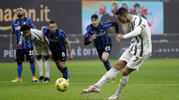 Juventus' Cristiano Ronaldo scores a penalty during the Italian Cup semi-final first leg soccer match between Inter Milan and Juventus at the San Siro stadium, in Milan, Italy, Tuesday, Feb. 2, 2021. (AP Photo/Luca Bruno)