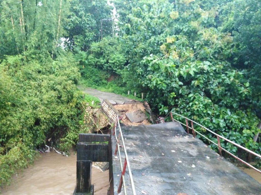 Jembatan Penghubung Desa di Blitar Ambrol Diterjang Banjir