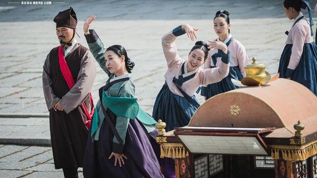 Kepala Dayang Choi (Cha Chung-hwa) dalam drama Korea Mr. Queen.