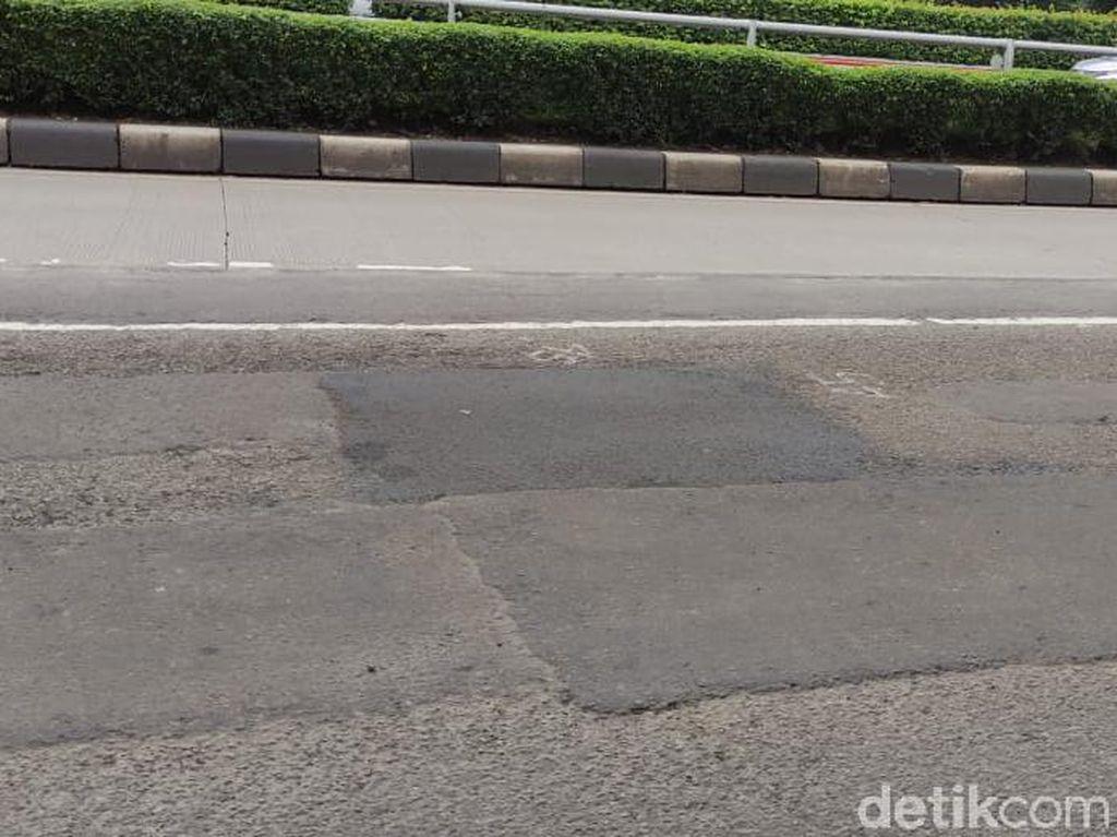 Jl MT Haryono Dekat Proyek LRT Mulai Ditambal, Banyak yang Masih Bolong