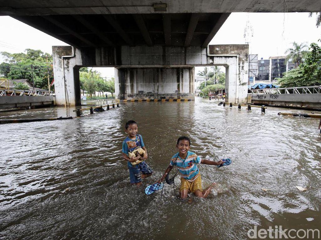 Keseruan Anak-anak Bermain Banjir di Kolong Flyover Jatiuwung