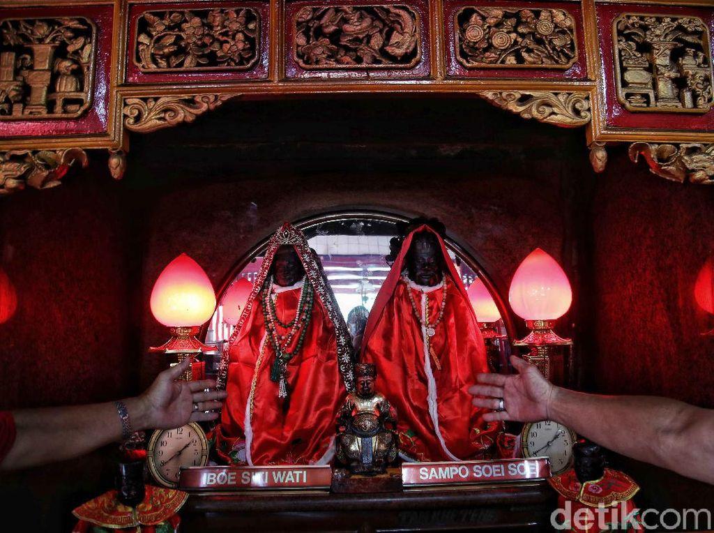 Kesibukan Kelenteng Da Bo Gong Ancol Jelang Imlek
