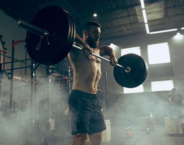 Angkat beban menyebabkan tubuh memproduksi testosteron lebih baik, yang merupakan hormon utama pemberi dorongan seks pria. Untuk meningkatkan kehidupan seks kamu, lakukan push-up, sit-up, dan crunch.