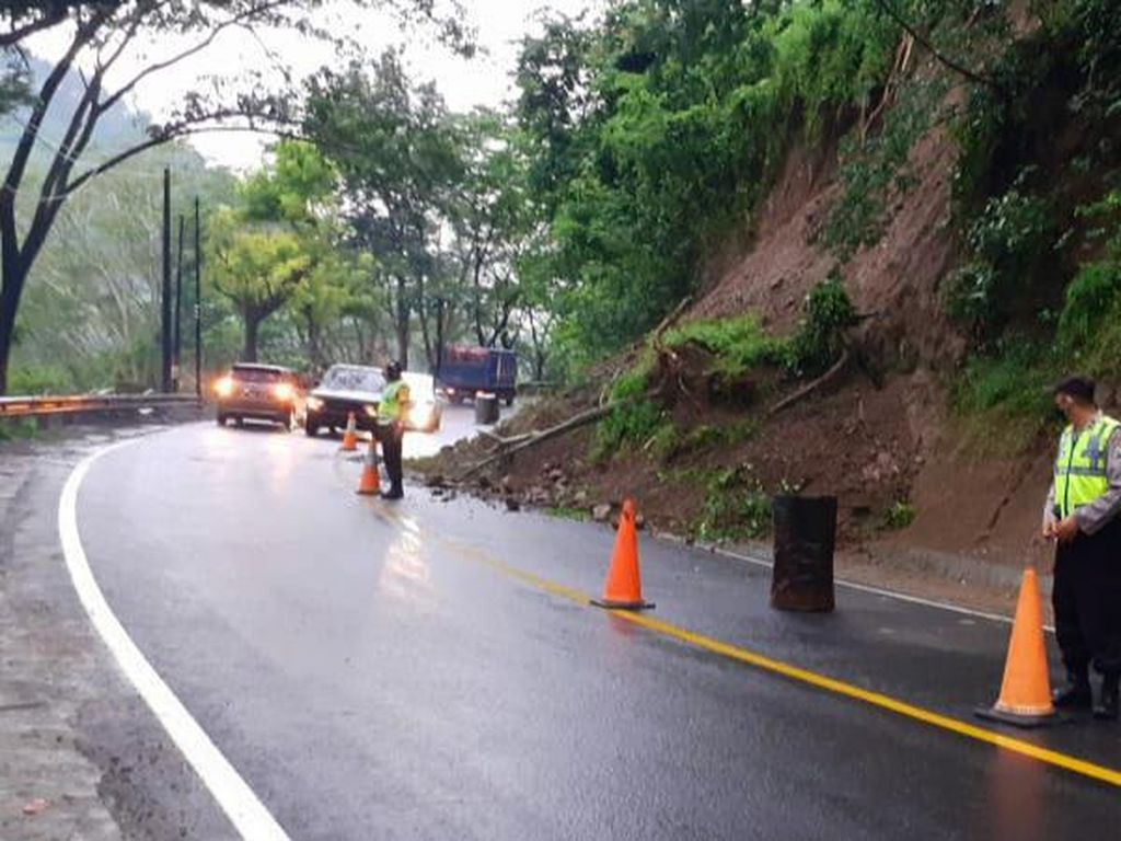 Hujan Deras Bikin Tebing di Jalan Nasional Trenggalek-Ponorogo Km 18 Longsor