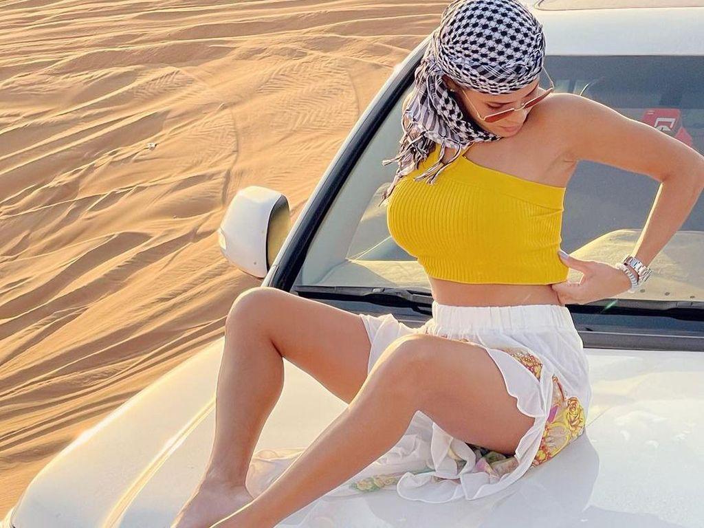 Foto: Model Seksi yang Dihujat karena Topless di Gurun Dubai