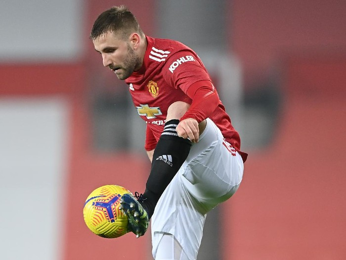MANCHESTER, ENGLAND - FEBRUARY 02: Luke Shaw of Manchester United controls the ball during the Premier League match between Manchester United and Southampton at Old Trafford on February 02, 2021 in Manchester, England. Sporting stadiums around the UK remain under strict restrictions due to the Coronavirus Pandemic as Government social distancing laws prohibit fans inside venues resulting in games being played behind closed doors. (Photo by Laurence Griffiths/Getty Images)