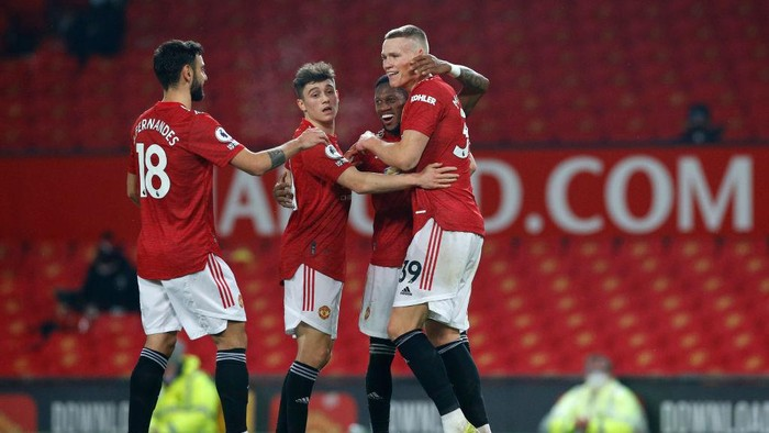 MANCHESTER, ENGLAND - FEBRUARY 02: Scott McTominay of Manchester United celebrates with team mates (L-R)  Bruno Fernandes, Daniel James and Fred after scoring their sides sixth goal during the Premier League match between Manchester United and Southampton at Old Trafford on February 02, 2021 in Manchester, England. Sporting stadiums around the UK remain under strict restrictions due to the Coronavirus Pandemic as Government social distancing laws prohibit fans inside venues resulting in games being played behind closed doors. (Photo by Phil Noble - Pool/Getty Images)