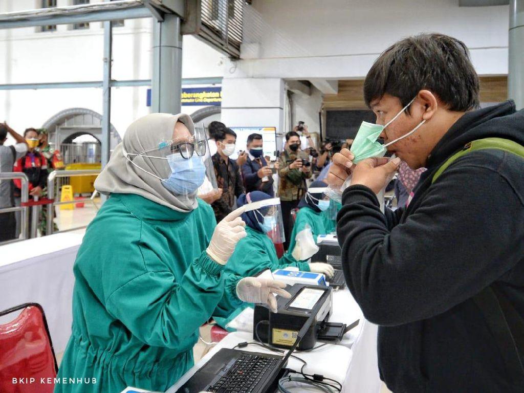 Menhub Cek Pemakaian GeNose di Stasiun Senen: Wajib Mulai 5 Februari