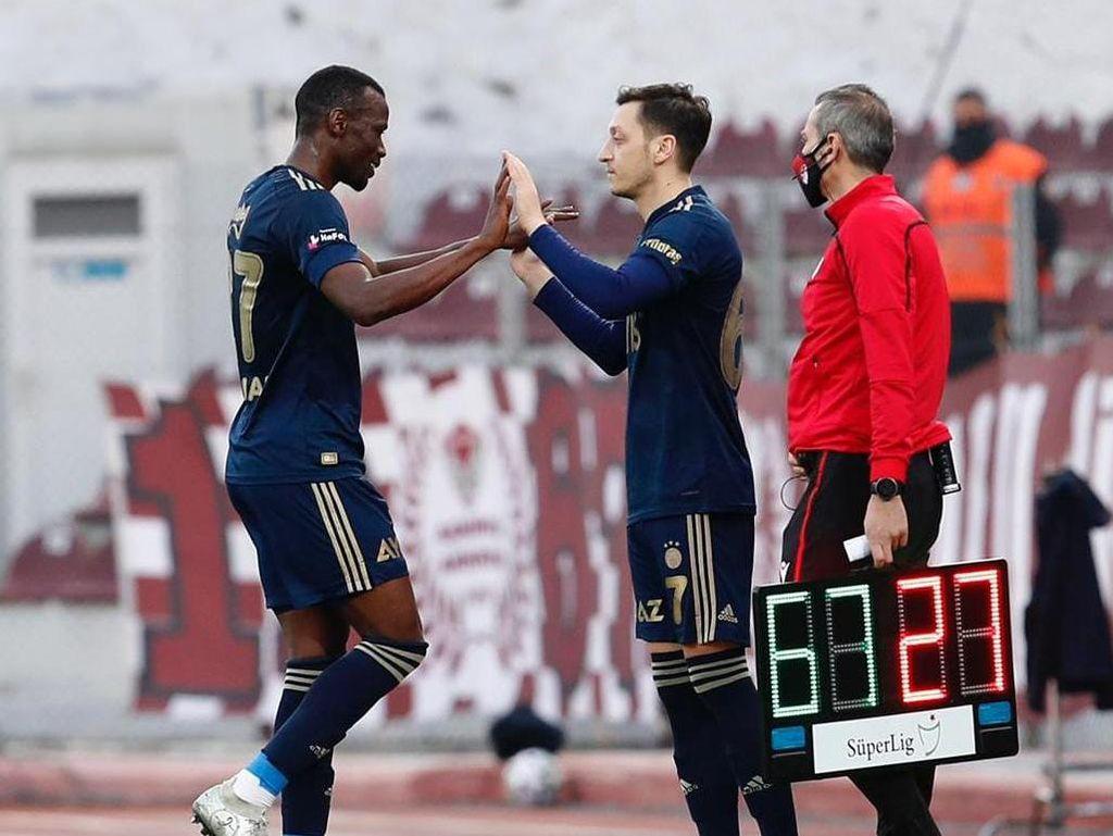 Mesut Oezil Bilang Alhamdulillah Usai Debut di Fenerbahce