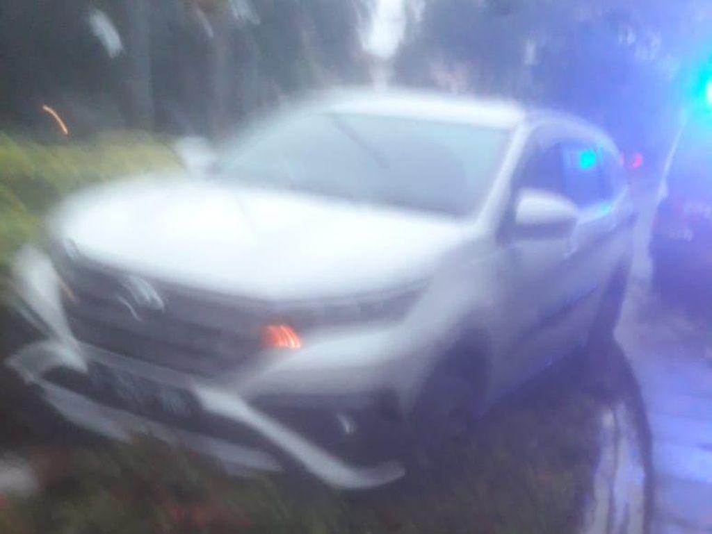 Diduga Hilang Kendali, Mobil Nyangkut di Taman Suropati Menteng