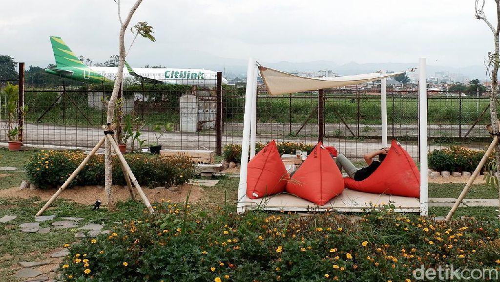 Nempel Bandara, Kafe di Bandung Ini Suguhkan Pemandangan Pesawat