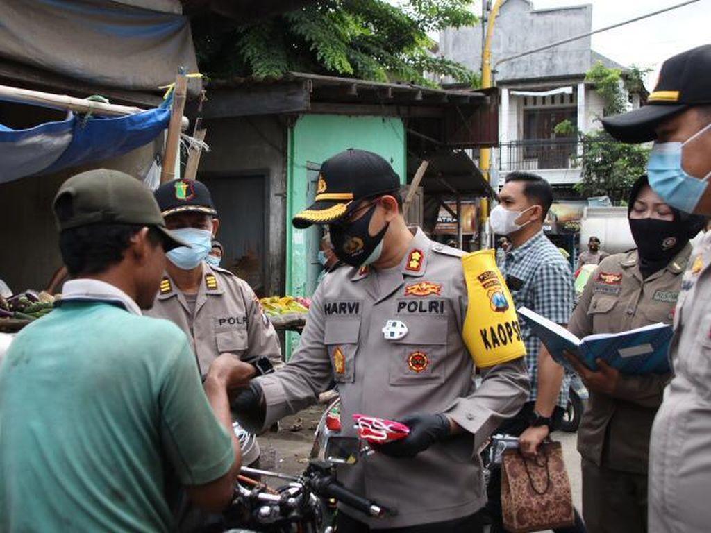 Operasi Yustisi di Nganjuk Juga Diisi dengan Bagi-bagi Masker