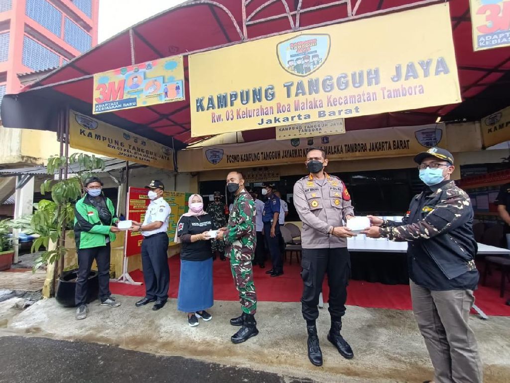 Polres Jakbar Bagikan 1.500 Masker di Kampung Tangguh Jaya Tambora