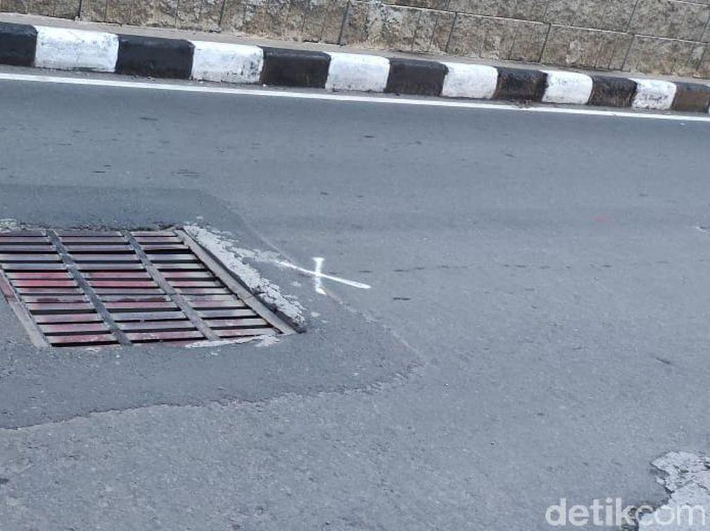 Penutup Gorong-gorong Tak Rata di Jl Gatsu Arah Tendean Mulai Diperbaiki