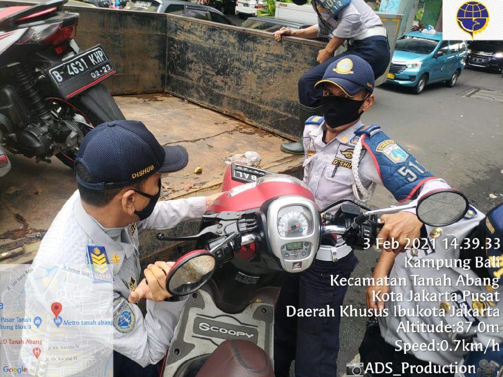 Parkir di Trotoar Jakarta Pusat, 110 Kendaraan Dicabut Pentil-Diderek
