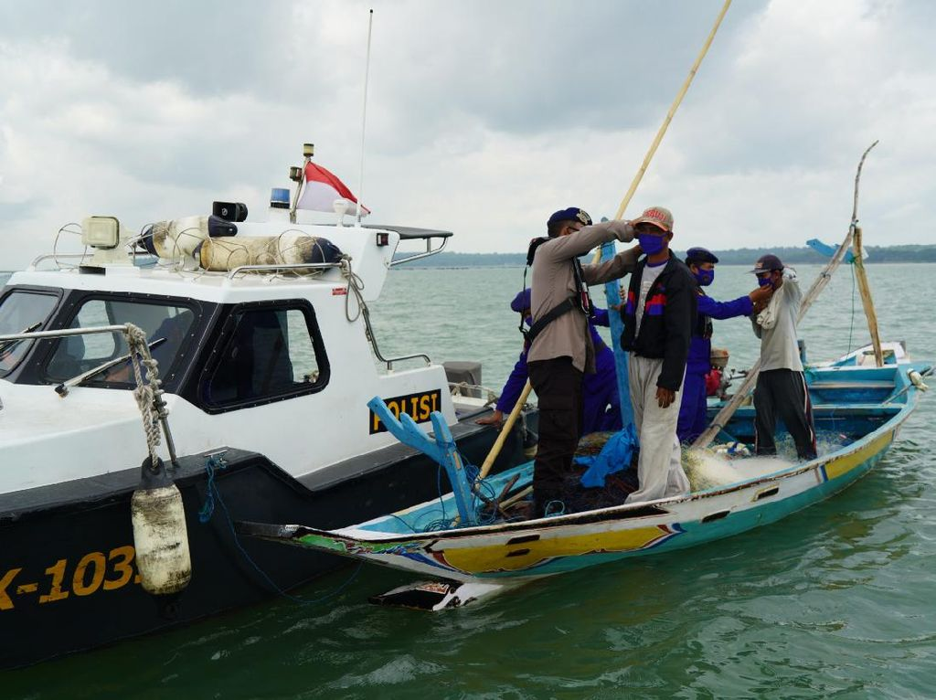 Polisi Bagikan Masker ke Nelayan di Tengah Laut Perairan Surabaya