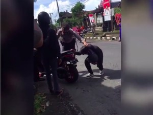Viral Polisi Geber Nmax Knalpot Brong buat Bikin Jera, Motor Malah Nyelonong
