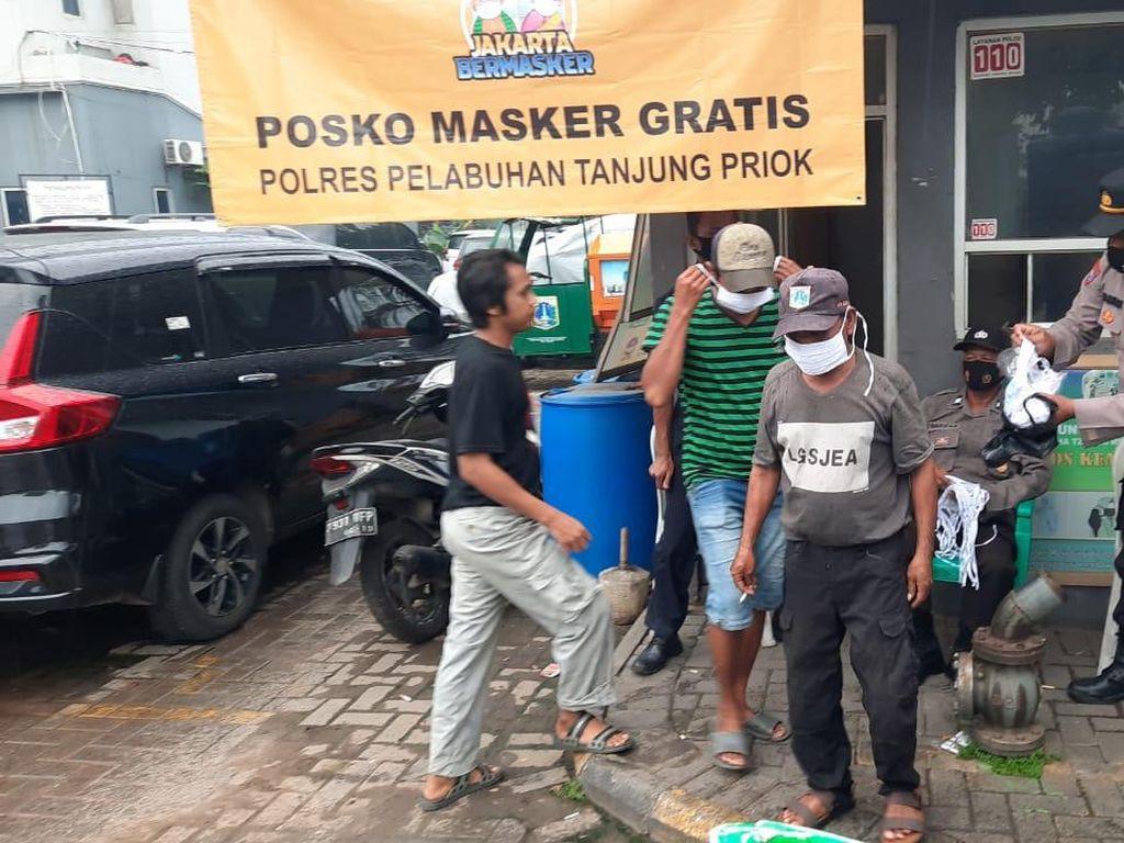 Operasi Jakarta Bermasker, Polres Pelabuhan Tj Priok Gelar Posko Masker Gratis