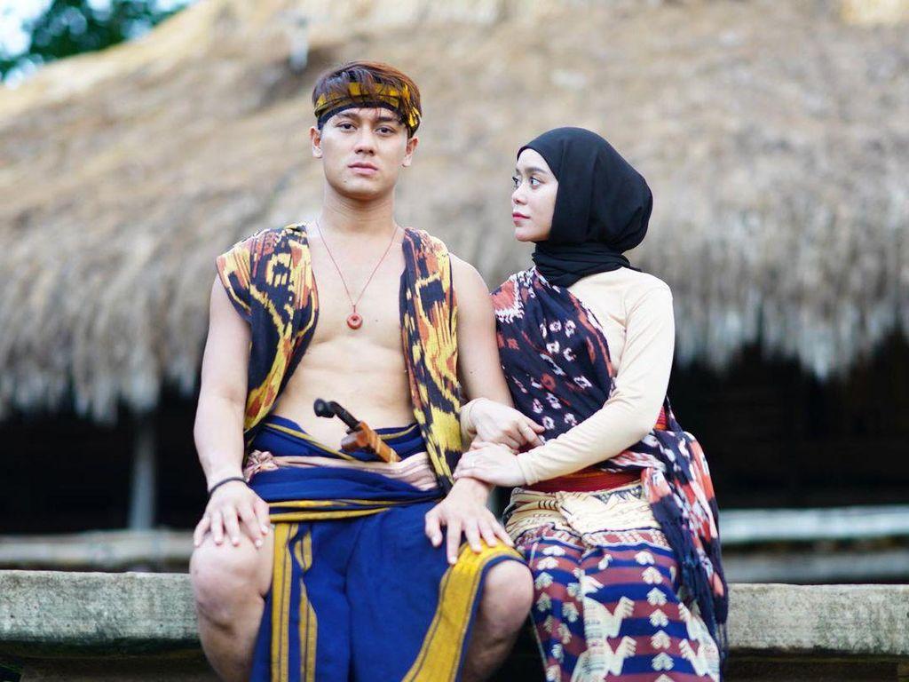 Foto Kompak Lesti Kejora & Rizky Billar Pakai Kain Sumba, Disangka Prewedding