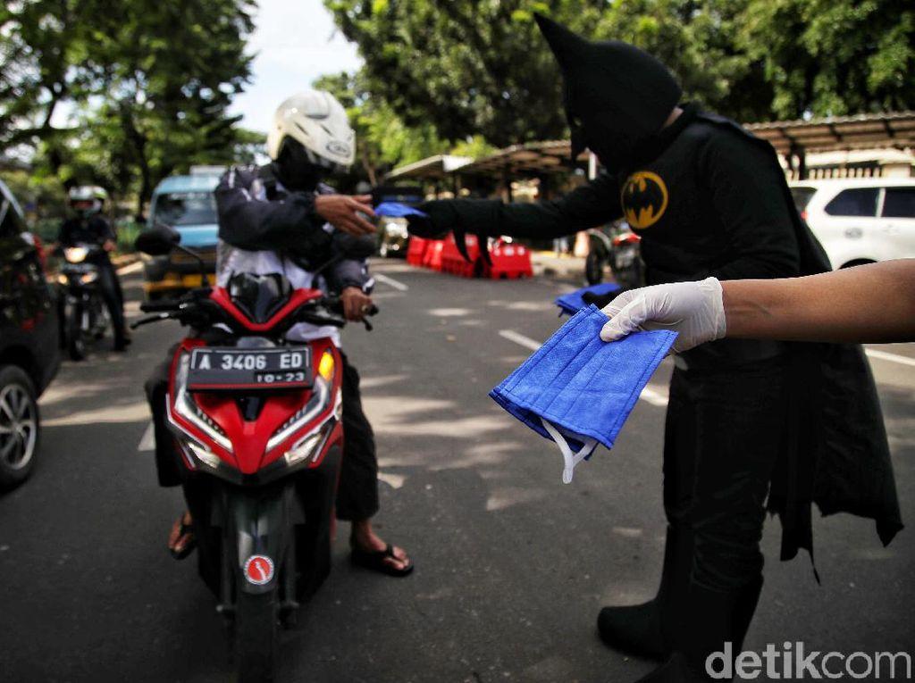 Bantu Cegah Corona, Batman-Spiderman Bagikan Masker di Jakarta