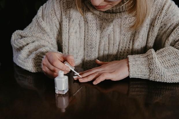 Banyak cat kuku atau perawatan yang mengandung bahan kimia keras yang dapat melemahkan kuku.