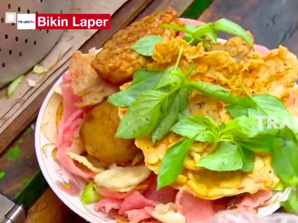 Bikin Laper! Nikmatnya Nasi Ulam Racikan H. Nana Glodok Sejak 1982