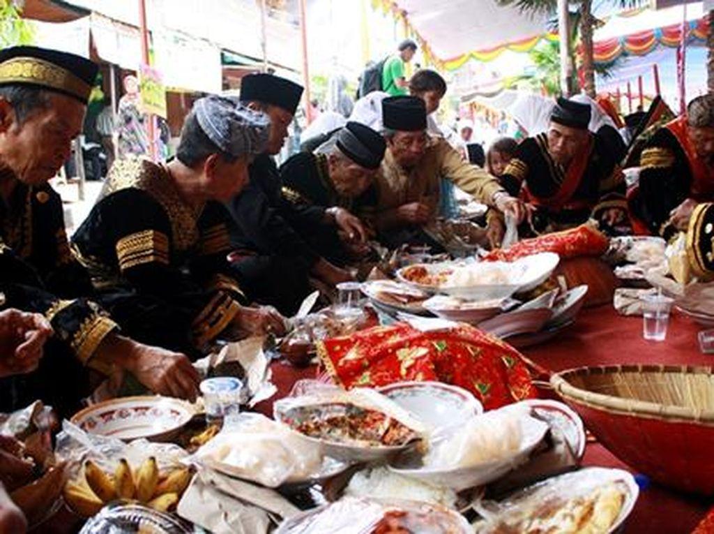 Ikutan Tradisi Makan Bajamba, Yuk!