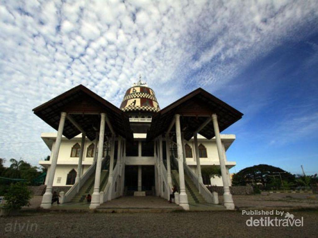 Masjid di Aceh yang Kubahnya Seperti Topi