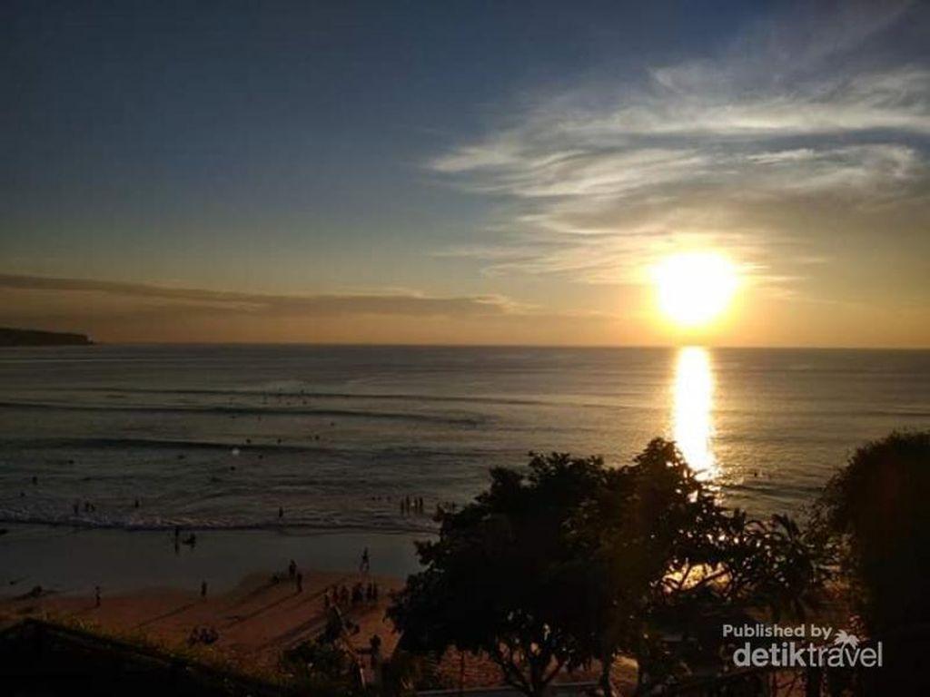 Senja di Restoran Berlatar Panorama Pantai Dreamland Bali