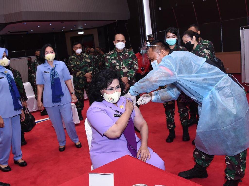 Istri Panglima Hadi dan Para Pejabat TNI Vaksin COVID-19 Tahap Pertama