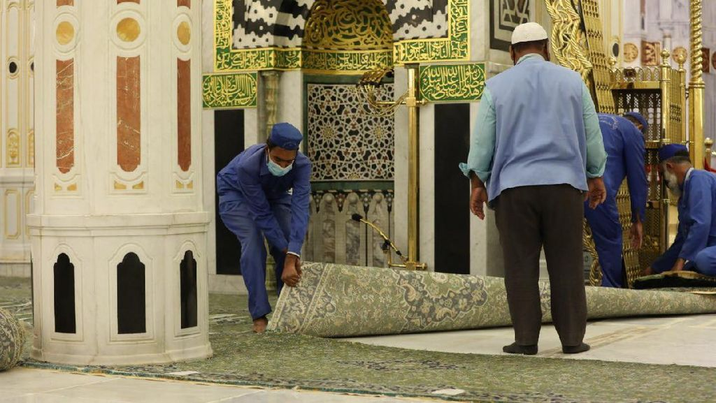 Potret Pergantian Karpet Taman Surga Raudhah