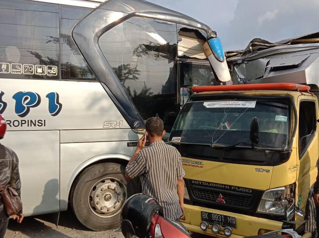 Kecelakaan Beruntun Lima Kendaraan Terjadi di Jalan Lintas Sumatera