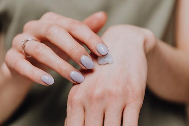 Sering melembapkan kuku dan di sekitarnya dengan krim tangan atau lotion dapat mencegah kerusakan lebih lanjut.